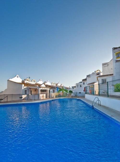Апартаменты 1 спальня , 1 ванна, общая площадь 69 м2, + терраса 32 м2. Урбанизация ,сад бассейн,  охрана 24 часа в сутки, рядом поле для гольфа, вид на море