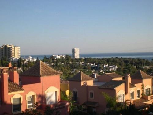 Дом Вилла в Марбелье  3 этажа, общая площадь , 185 м2, плюс терраса 25 м2, участок 516 м2, бассейн, сад, вид на море, гараж.