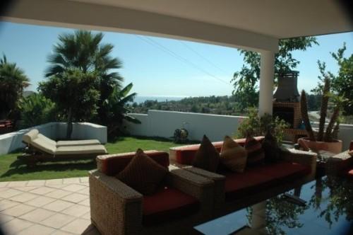 Дом Вилла в Марбелье 6 спален, 5 ванн, общая площадь 550 м2, 2 этажа, терраса 50 м2, участок с садом 1480 м2, вид на море, бассейн , гараж .Villa Marbella