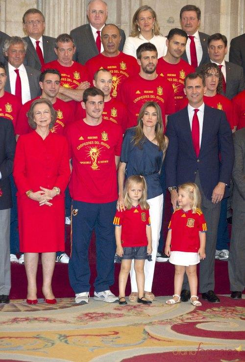 Будущий Король Испании Принц Филипп , принцесса Литисия , инфанты София и Леонор , Королева София и Сборная Испании  Чемпион Мира по футболу 2010 год