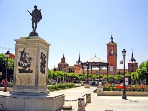 Экскурсии в  Алкала де Энарес  Alcalá de Henares . Площадь Сервантеса Plaza Cervantes. Гид в Мадриде