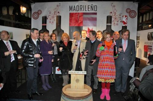 Президент автономного сообщества Мадрид Эсперанса Агирре Esperanza Aguirre представляет вино Мадриленьо Madrileño от компании Бодегас  Оруско Bodegas Orusco