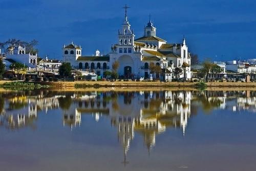 Церковь Росио  Virgen de el Rocio в Уэльве посещает более 1млн. паломников в год