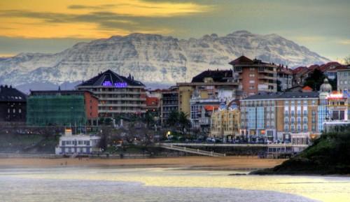 Очень красивый пляж Сардинеро Sardinero  прямо в черте города Сантандер Santander