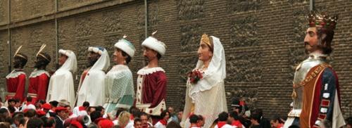 Праздничные религиозные процессии на праздник Сан Фермин в Памплоне , столице королевства Наварра