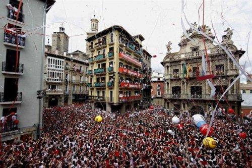 """Начало праздника Сан Фермин San Fermín в Памплоне 6 июля в 12.00 часов дня  """"Чупинасо Сhupinazo"""""""