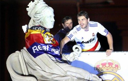 Празднования на площади Сибелес Сibeles в Мадриде Фото. Икер Касильяс Капитан Мадридского Реала