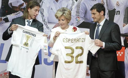 Почетная майка Эсперансе Агирре от Реал Мадрида в честь 32 победы в Лиге BBVA