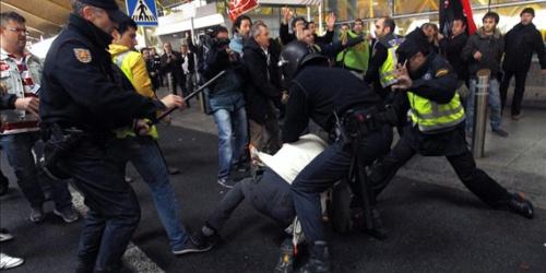 """Испанская полиция """"вытесняет"""" работников Иберии из терминала Т-4 в аэропорту Барахас в Мадриде"""