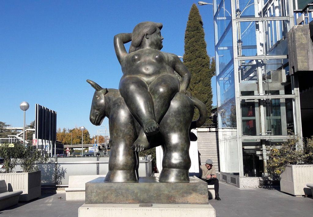 """Скульптура Фернандо Ботеро в аэропорту Мадрида , Барахас, по мотивам великого Тициана """"Похищение Европы""""."""